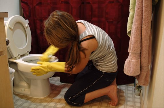 2016-03-03-1456969787-6561507-Woman_cleaning_toilets.jpg