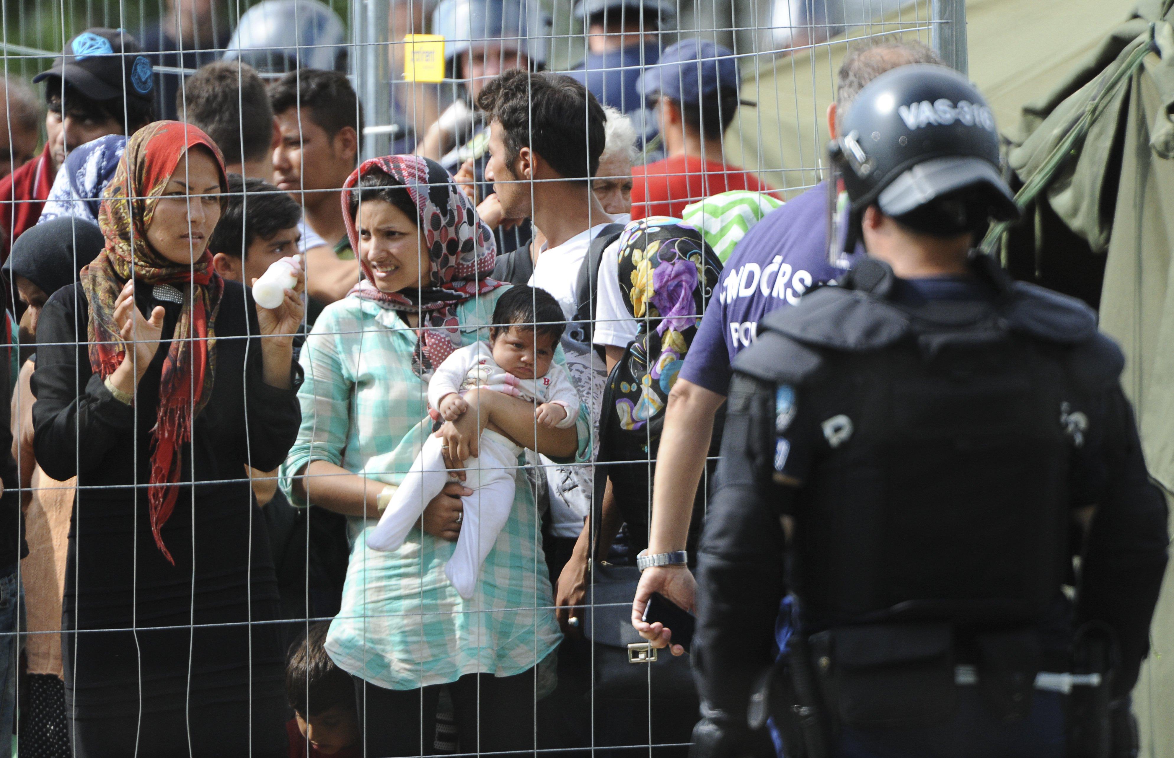 2016-03-07-1457350718-3021178-mujeresrefugiadas.jpg