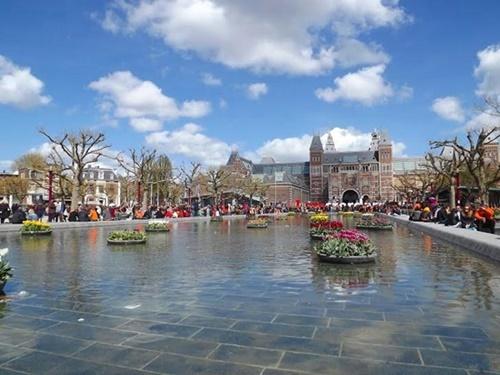 2016-04-05-1459881020-4043876-Amsterdam.HP.jpg
