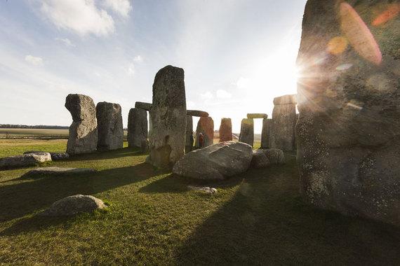 2016-04-21-1461237685-4069603-StonehengehistoryofenglandfactsaboutenglandenglandfactsStGeorgesDay.jpg