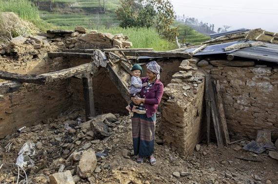 2016-04-25-1461608028-5816044-Nepal_MotherChildshelterIFRC.jpg