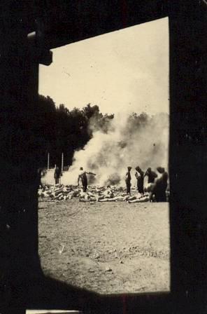 2016-04-27-1461774283-9578917-Sonderkommando.Photo.1944.jpg