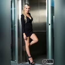 блондинка жаждет в лифте
