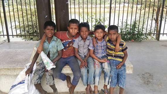 バングラデシュの駅で働く子供たち