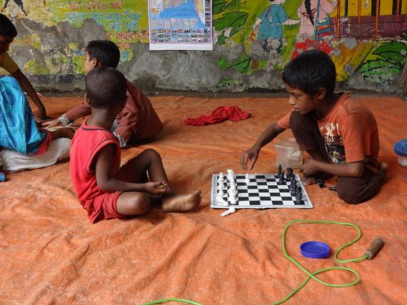 バングラデシュのチェスをする子ども