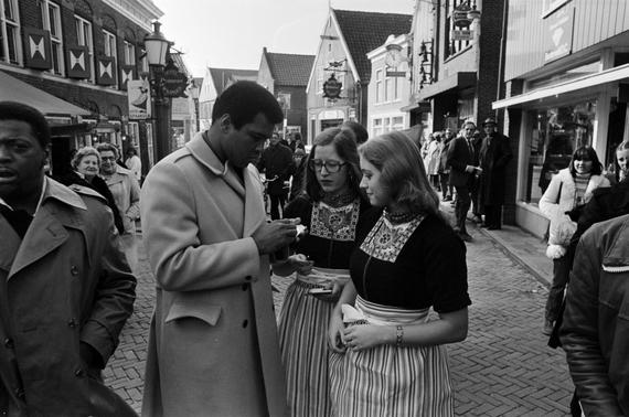 2016-06-07-1465278046-3820808-Muhammad_Ali_signing_autographs_for_Volendam_girls_1.jpg