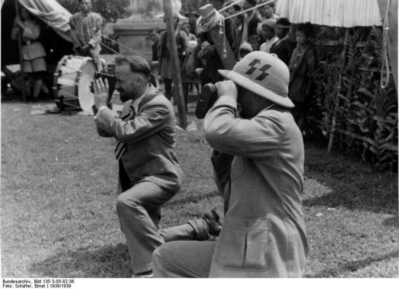 2016-06-08-1465398499-2703429-bundesarchiv_bild_135s050236__tibetexpedition__geer_und_krause_filmend.jpg