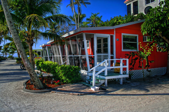 Sanibel Island Cottages: Scooping Sea Shells By The Seashore Of Sanibel
