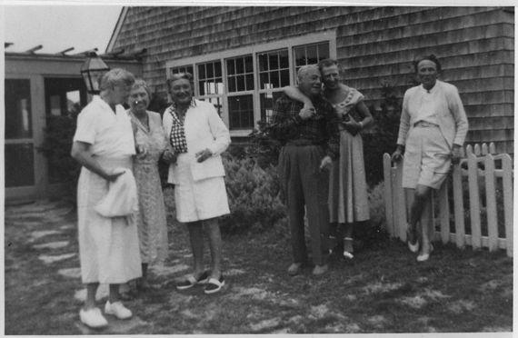 2016-06-15-1465959163-9871940-800pxEleanor_Roosevelt_and_Helen_Keller_in_Marthas_Vineyard_Massachusetts__NARA__195945.jpg