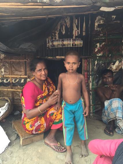 バングラデシュのスラム街の親子
