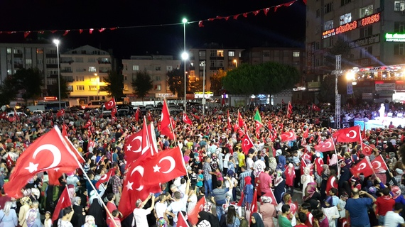 2016-08-06-1470489743-8716194-CoupTurkish_protesters_in_Istanbul.jpg