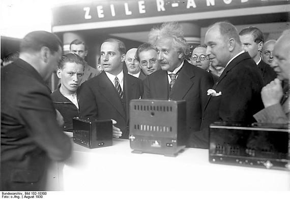 2016-09-01-1472725830-2195950-Bundesarchiv_Bild_10210300_Berlin_Einstein_auf_der_Funkausstellung.jpg