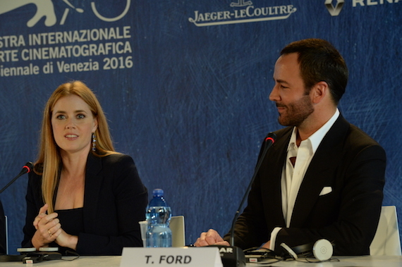 2016-09-04-1472976276-8692402-30410Press_Conference__Nocturnal_Animals__Amy_Adams__Tom_Ford__la_Biennale_di_Venezia__foto_ASAC.jpg