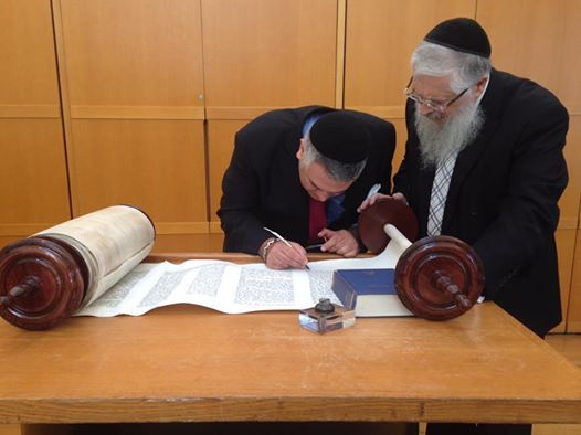 2016-09-30-1475195642-2123166-Torah.jpg