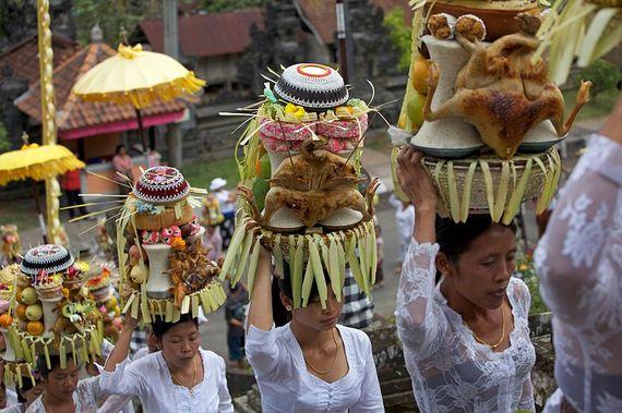2016-10-10-1476101778-5542784-800pxBalinese_vrouwen_in_een_processie_bij_een_festival_in_Ubud_7_Aug._2009_a.jpg