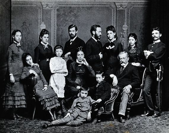 2016-10-21-1477090757-6588929-Freud_family_group._Photograph_c.1876._Wellcome_V0027598.jpg