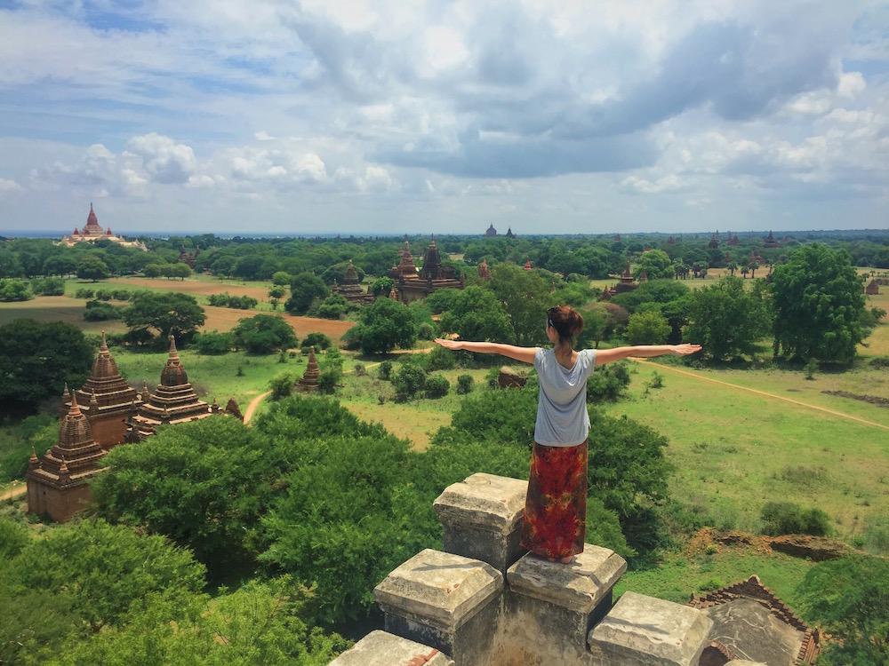 ミャンマー・バガンの遺跡群の中で。夕焼けが最高にキレイです