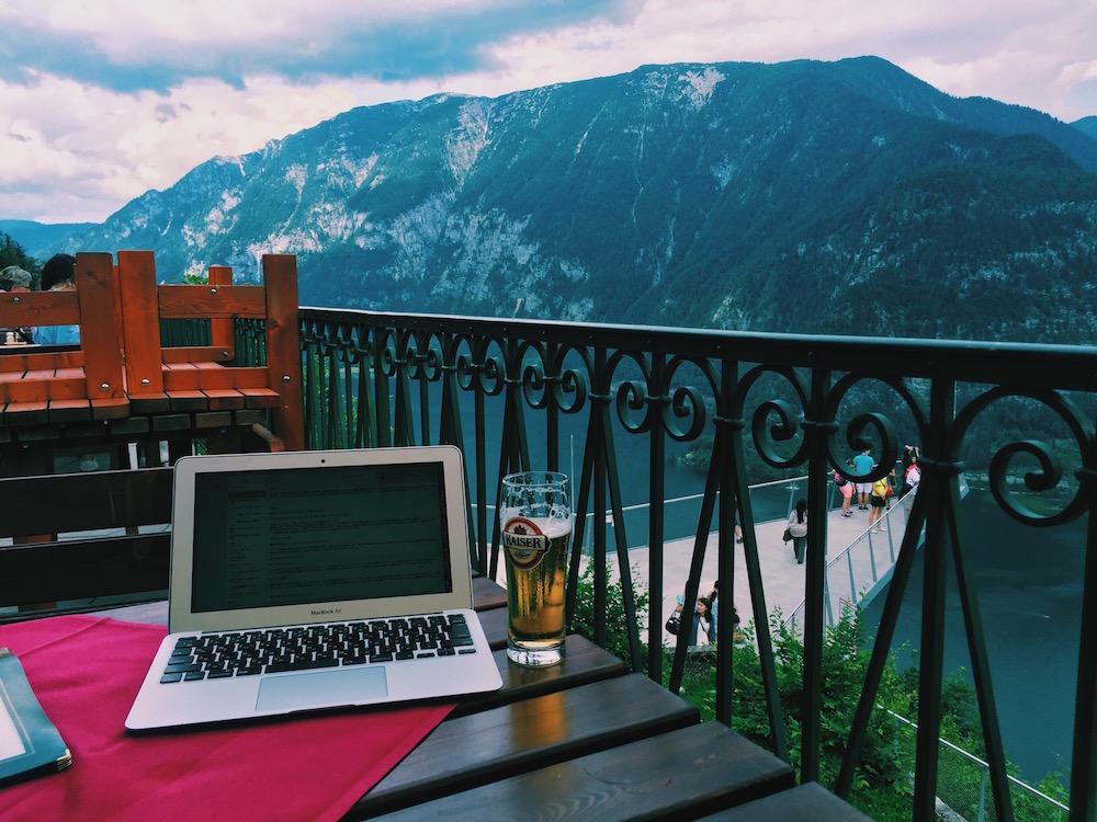 オーストリア・ハルシュタットの頂上にて。現地の人にドイツ語を教えてもらって遊んでいました