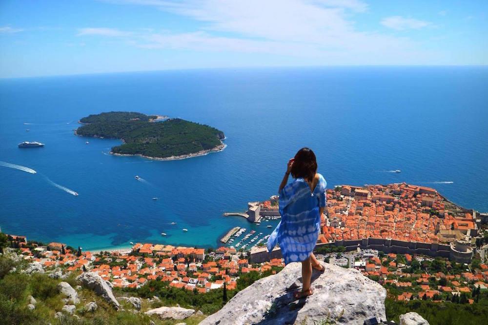 クロアチア・ドゥブロヴニクの展望台の、そのまた奥の岩の上が一番のお気に入りスポット