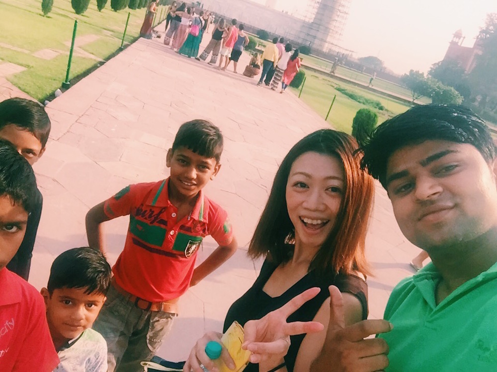インド・アグラのタージ・マハルで仲良くなった家族と一緒に