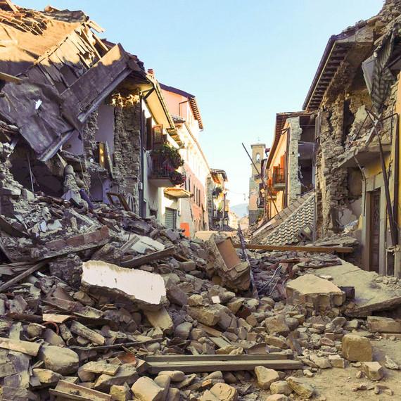 2016-11-23-1479886109-3502749-terremoto_centro_italia_2016__amatrice__corso_umberto_i_29242968591.jpg