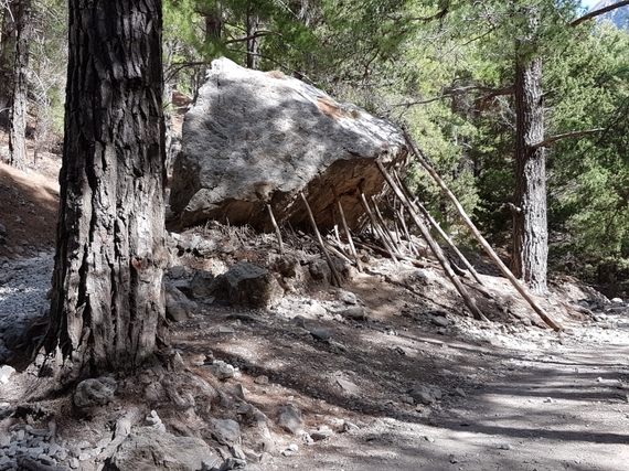 2016-11-28-1480344780-8452932-Hiking_Samaria_Gorge_Crete_4_propped_up_rock.jpg