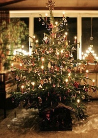 2016-12-02-1480703676-6918190-Classic_tree_with_Christmas_tree_candles_Helebardius_www.christmasgiftsfromgermany.jpg