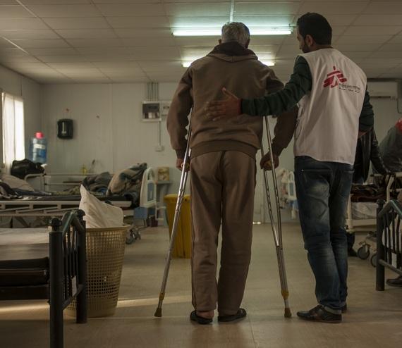 수술 후 재활치료가 이루어지는 자타리 난민 캠프 내 국경없는의사회 진료소 © Isidro Serrano Selva