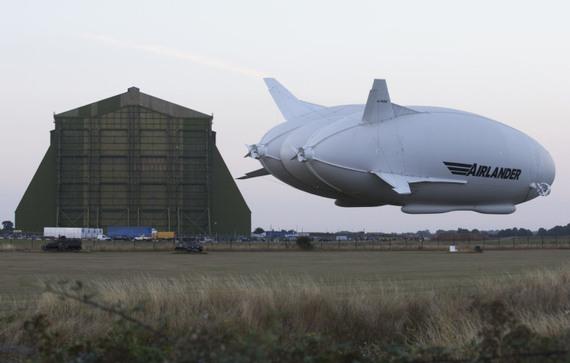 謎の巨大飛行船 NASAの格納庫でG...