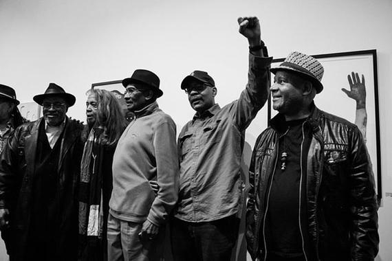 50周年のブラックパンサー党を称えて , 黒人文化の平和を唱える美術展覧会がロサンゼルスで開催