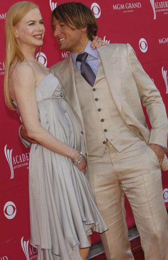She S Pregnant Nicole Kidman Shows Off Tiny Bump At Cmas